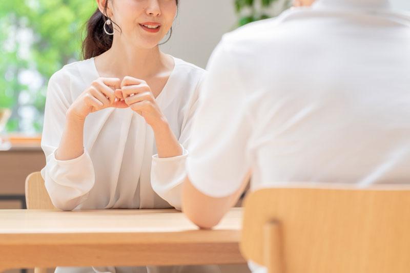 会話する夫婦