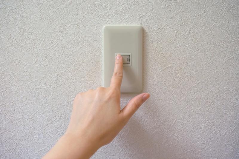 指でツイッチを押している