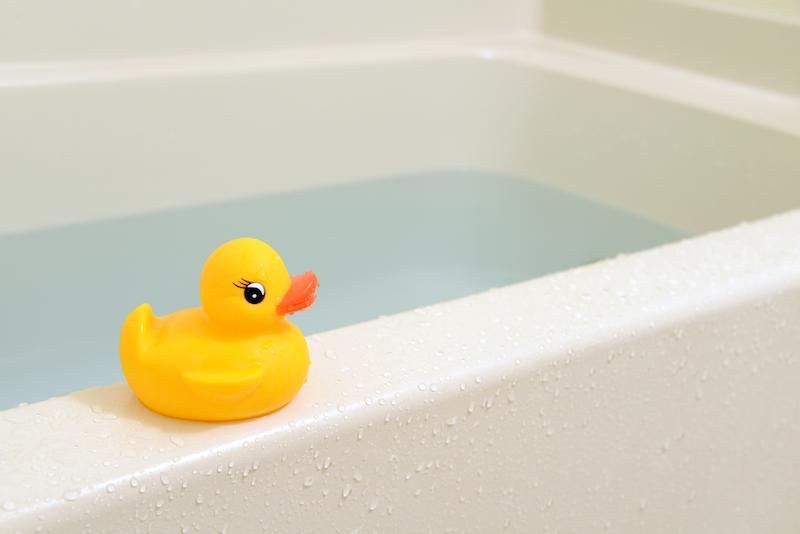 湯を貼った浴槽とひよこのおもちゃ