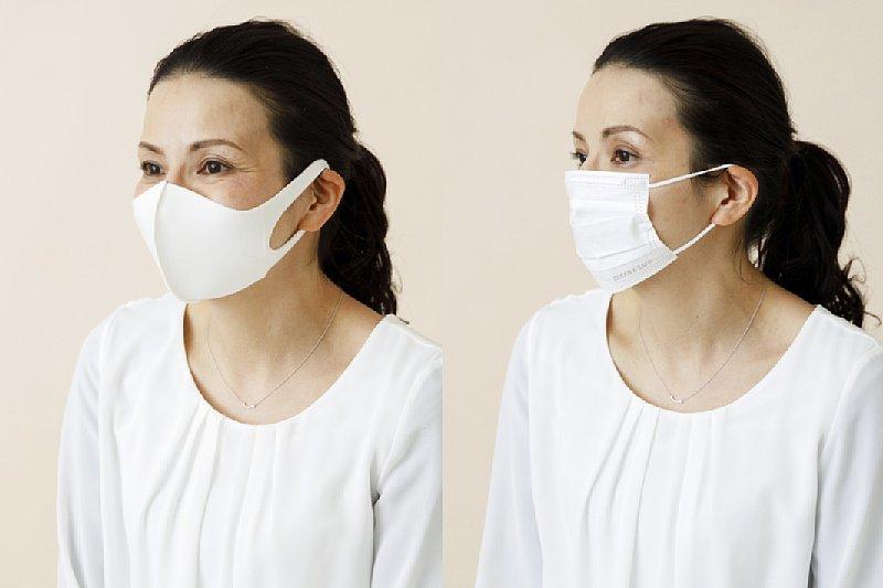 マスクで顔に立体感を出した女性と、NGなマスクのつけかたの女性