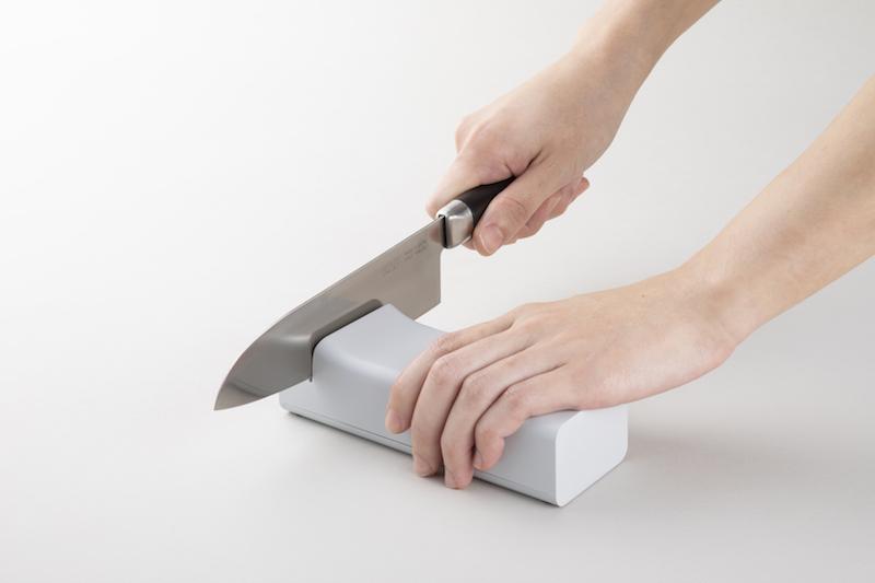 貝印『コンパクト電動シャープナー』で包丁を研ぐ手元