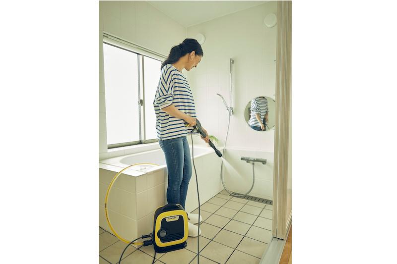 ケルヒャー『K MINI』を使って女性がお風呂場を掃除している