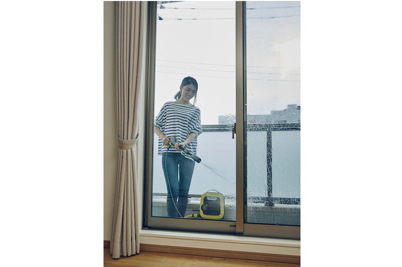 ケルヒャー『K MINI』でベランダの掃除をしている女性