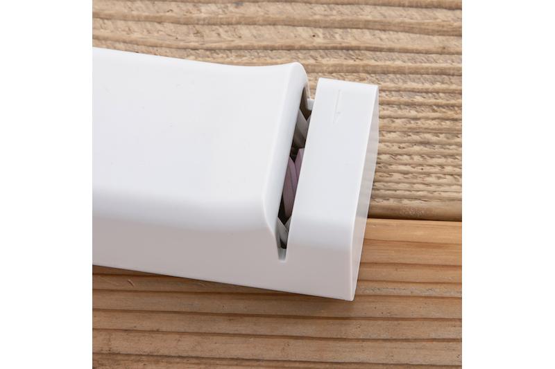 貝印『コンパクト電動シャープナー』の包丁を入れ込む部分