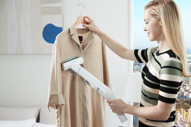 レイコップ・ジャパン『レイコップGO』でベージュのシャツを除菌している女性