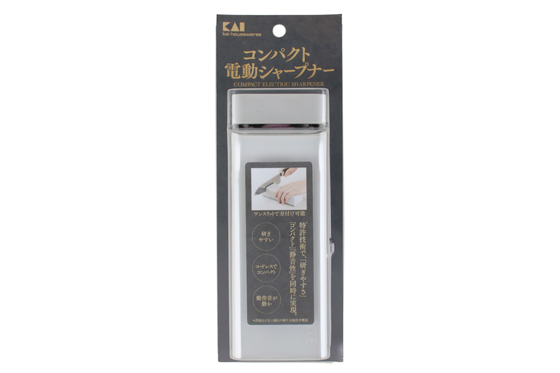 パッケージに入った貝印『コンパクト電動シャープナー』