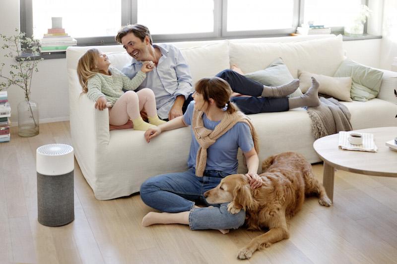 リビングのソファ周辺で犬と女の子と男性と女性がくつろいでいる。横にはブルーエア『Blue 3000シリーズ(Blue 3210/3410)』が置いてある