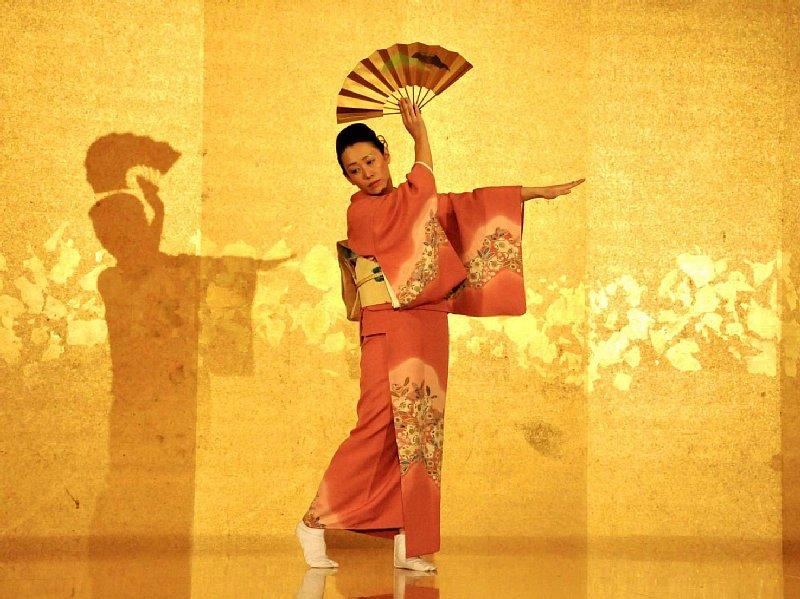 日本舞踊を踊る鈴木香奈さん