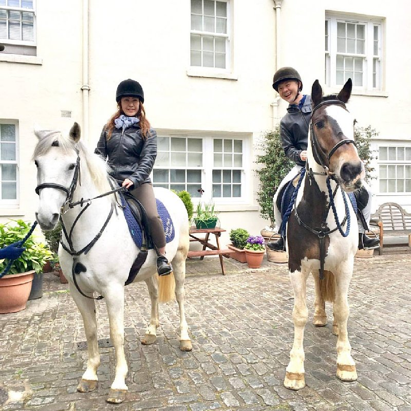 乗馬を楽しむ鈴木香奈さんの写真