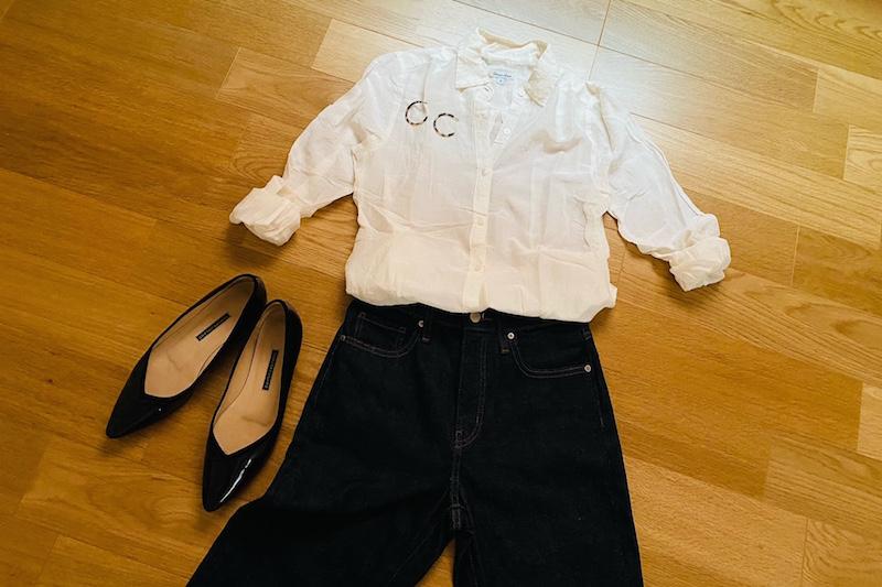 ユニクロのスリムストレートハイライズジーンズと白いシャツと黒いパンプスを並べて床においてある
