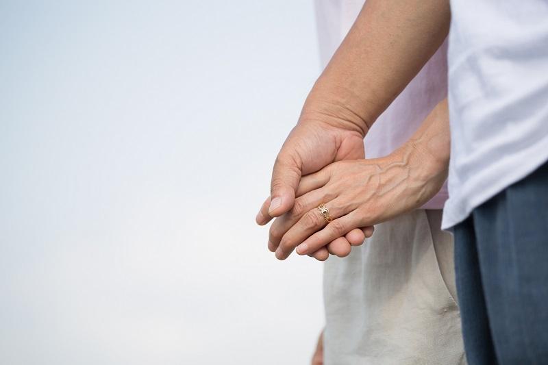 男女が手をつないでいる写真