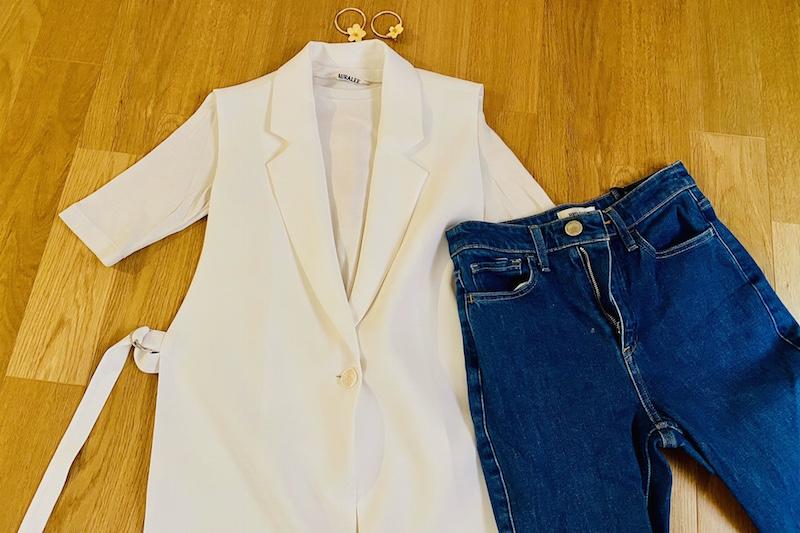 ZARAの白のスリットジレと白いTシャツとデニムパンツと黄色い花のピアスが床に置いてある