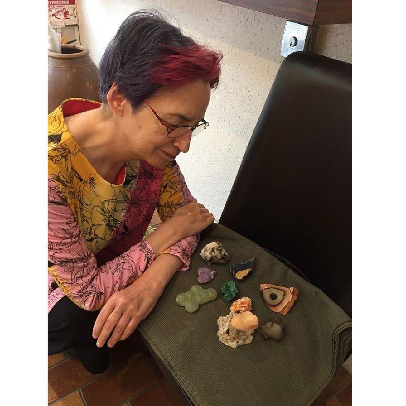 石をみつめる荻野アンナさん