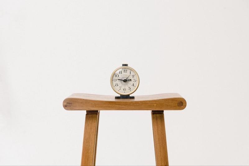 台の上に時計が置いてある