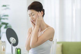 肌悩みが増える50代が選ぶべき化粧水|高価だからいいとは限らない…注意点とは?