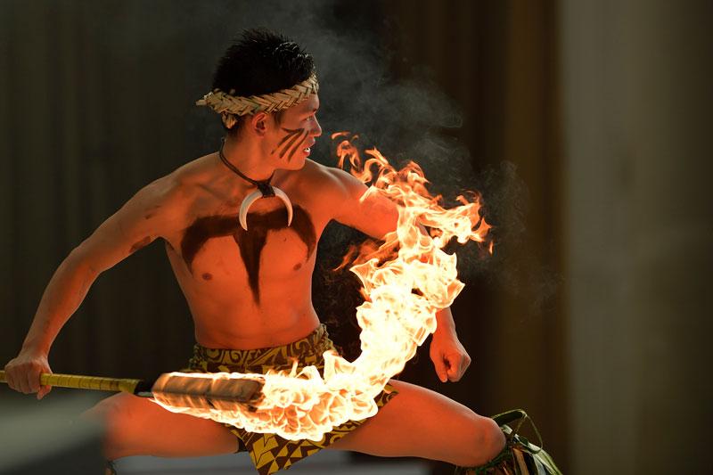 「スパリゾートハワイアンズ」のパークで開催されるショーのファイヤーナイフダンサー