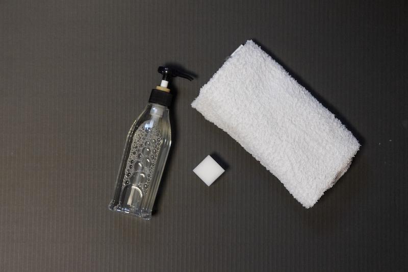 台所用洗剤とメラミンスポンジ、タオル