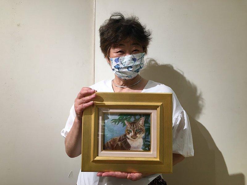三四郎の絵を持つオバ記者