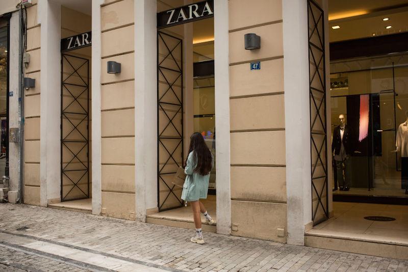 ZARAのショップの前で止まっている髪の長い女性