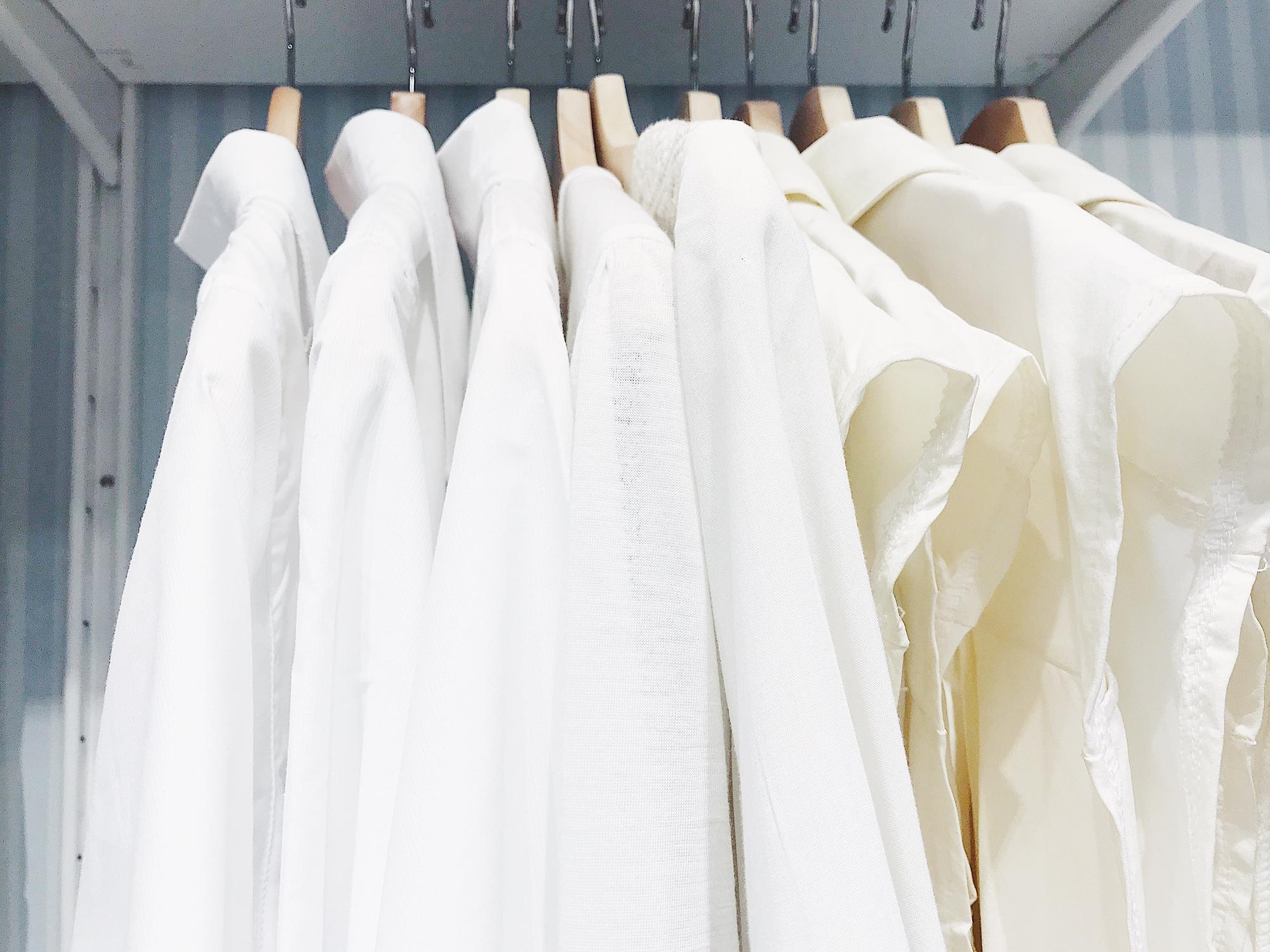 ハンガーに掛けられた白シャツ10着