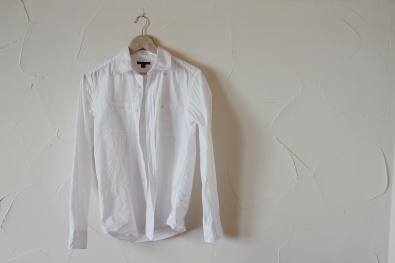 ハンガーに掛けられた白シャツ