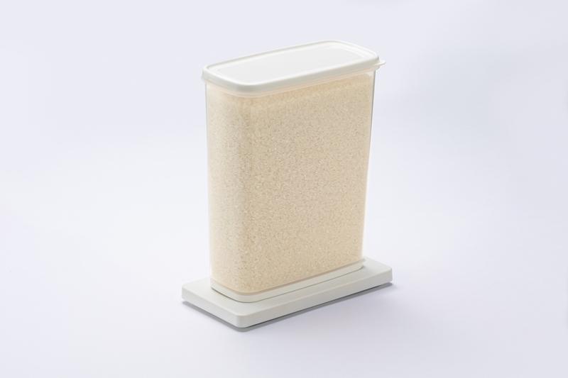 パナソニックの重量検知プレート NY-PZE1/重量検知プレートNY-PZE1B1にタッパーに入れたお米を載せた状態