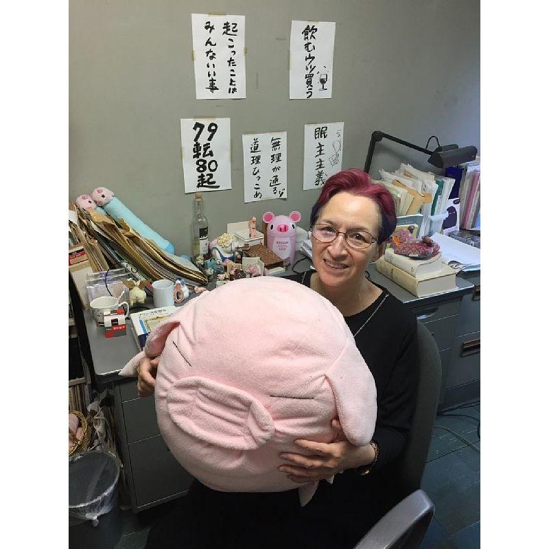 ぶたグッズと一緒に 荻野アンナさん