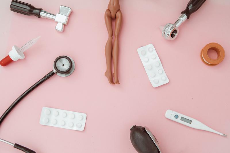 人形、聴診器、薬、体温計