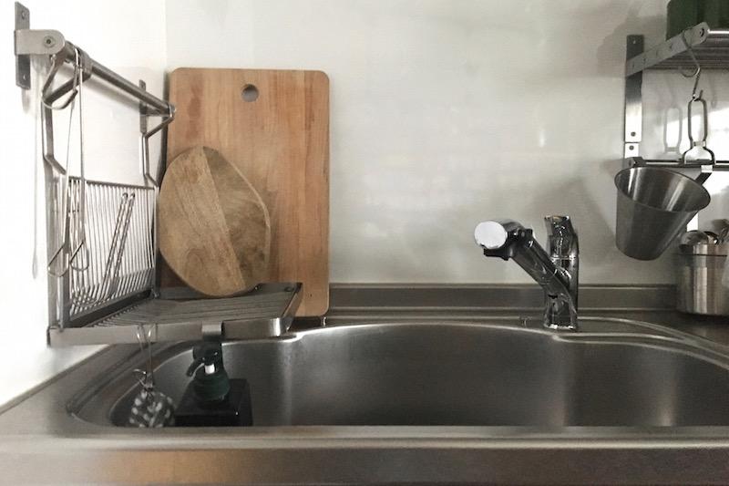 キッチンのシンクに大きなまな板とイケアのまな板ファシネーラが立てかけてある