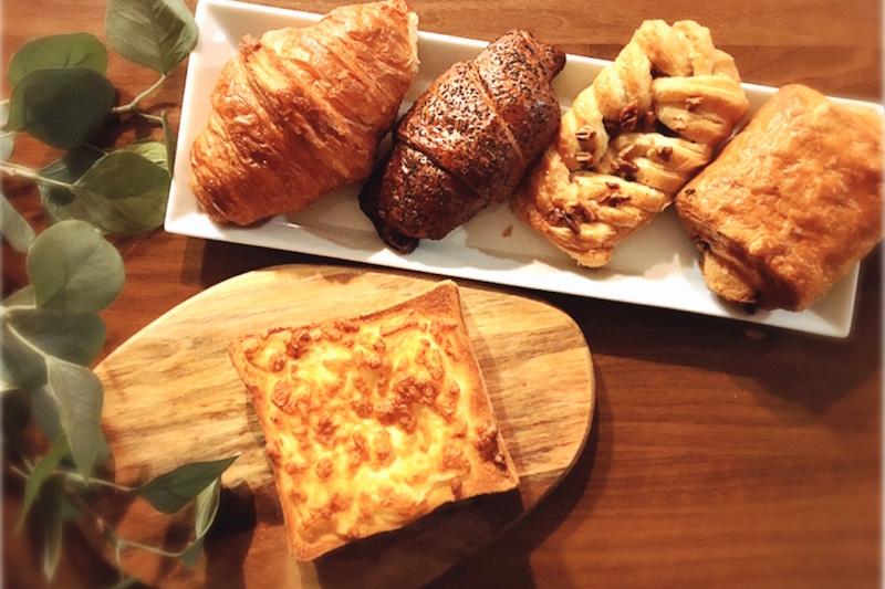 横長の白い皿にパンが4つ並べられていて、その横にイケアのまな板ファシネーラの上にチーズトーストが置いてある