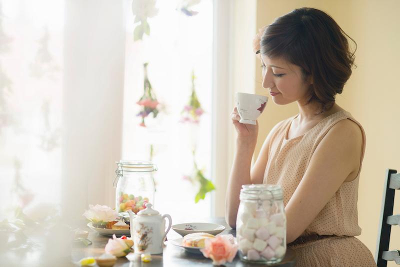 お茶を飲む姿勢のいい女性