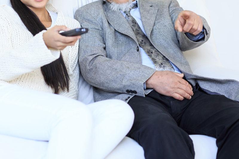 テレビを見ている夫婦