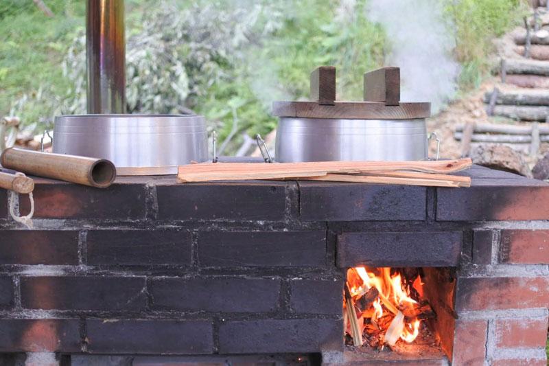 「カミツレの宿 八寿恵荘」のご飯を炊くかまど