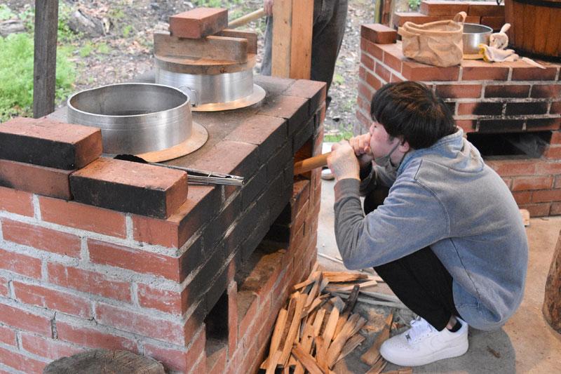 「カミツレの宿 八寿恵荘」の薪割り体験