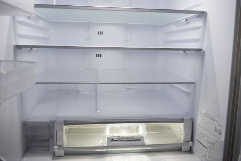 空っぽの冷蔵庫の中