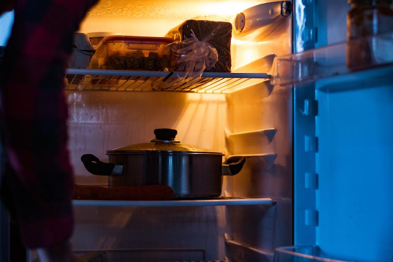 冷蔵庫の中に鍋が入っている