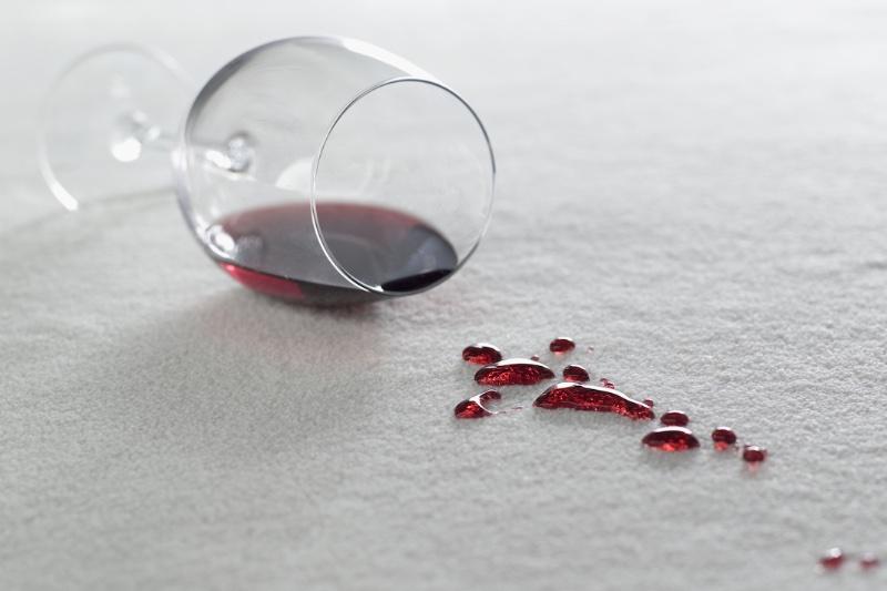 カーペットに赤ワインをこぼしている