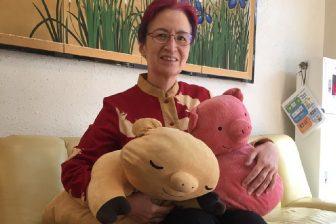 荻野アンナさん、豚グッズ&石の収集に夢中「人生には適度な無駄が必要」【趣味のススメ】