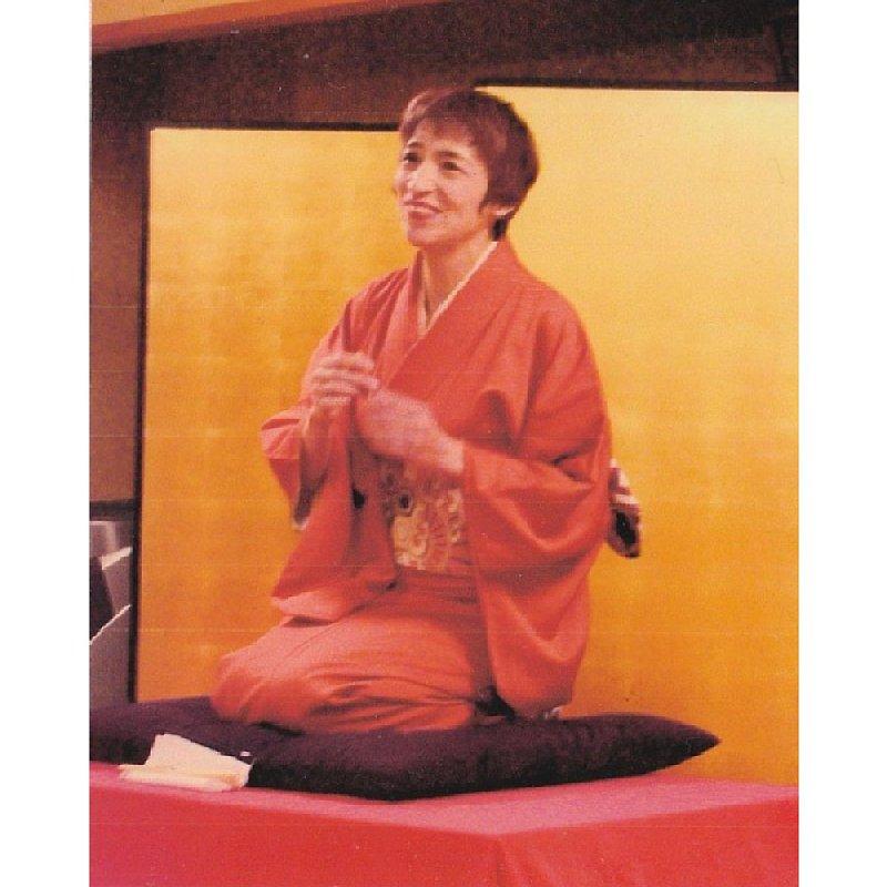 荻野アンナさん 落語をしている写真