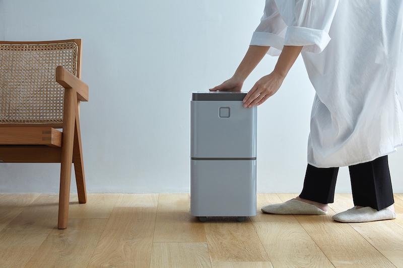 レコルト『部屋干し除湿機』を移動させようとしている女性の手元