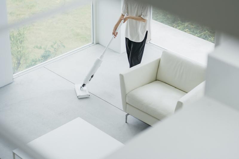 バルミューダ『BALMUDA The Cleaner』でリビングを掃除している人