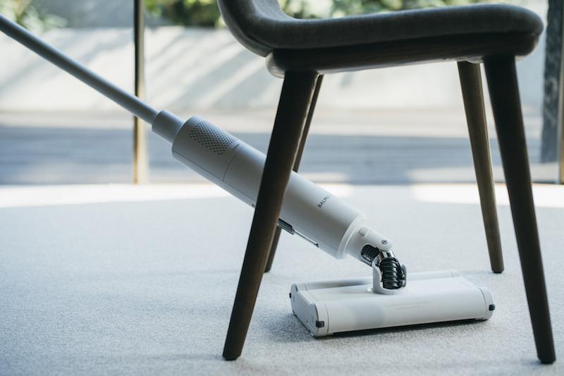 バルミューダ『BALMUDA The Cleaner』で椅子の下を掃除している