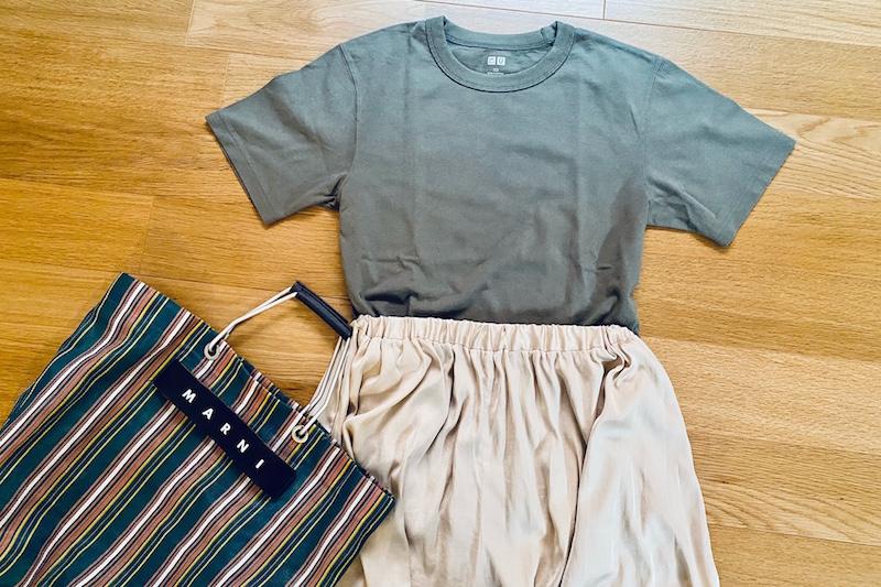 ユニクロの『クルーネックT(半袖)』52Greenと光沢のあるワイドパンツとマルニのかごバッグ