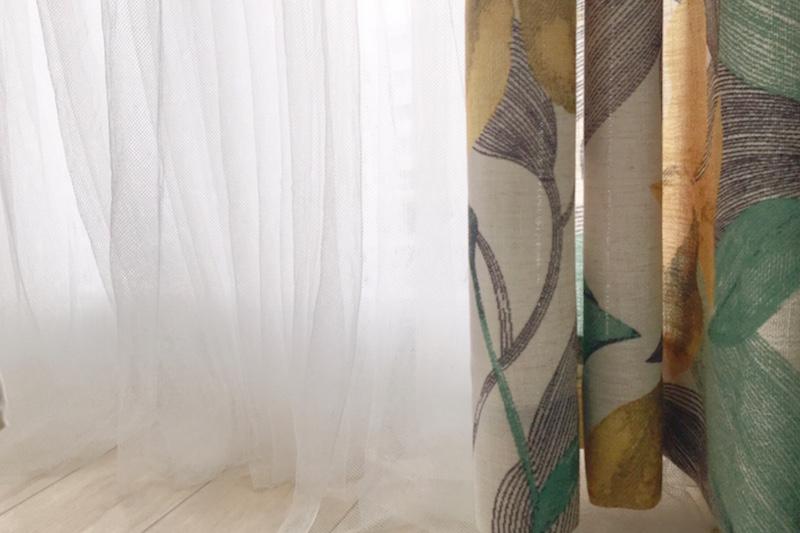 イケアのネットカーテン「リル」とメインの柄のカーテン