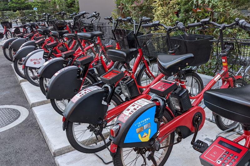 ホテル裏にはシェアバイクの基地も。近隣を観光するのも便利