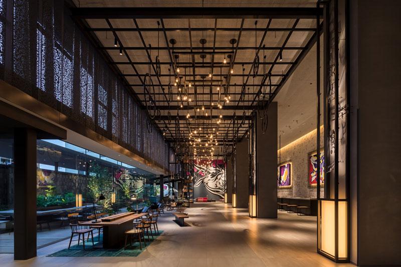 「東京ベイ潮見プリンスホテル」のメインロビー。天井には、船の動輪がモチーフのアートも