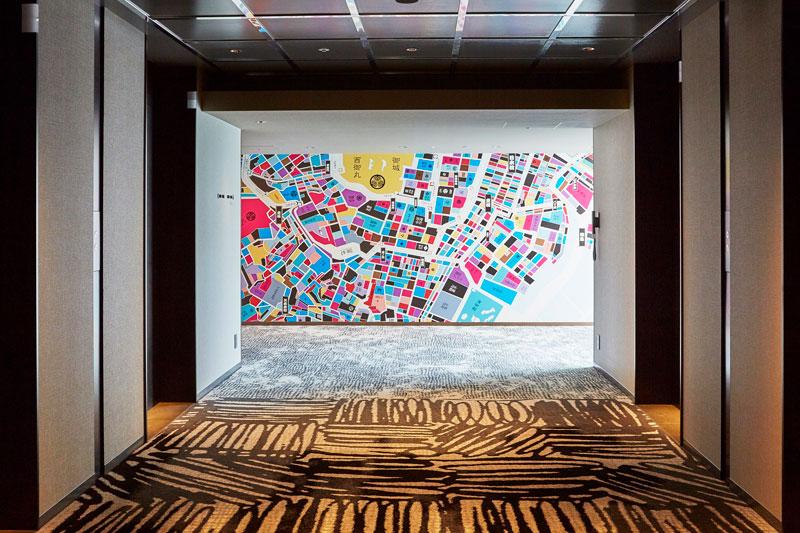 客室階の廊下には、新旧の東京の地図をモチーフにした壁紙が。
