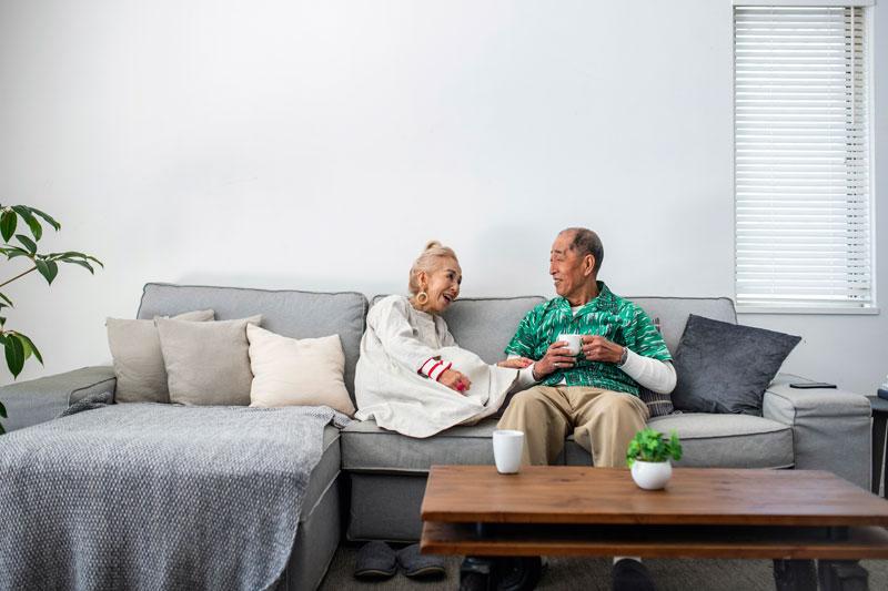 会話している老夫婦