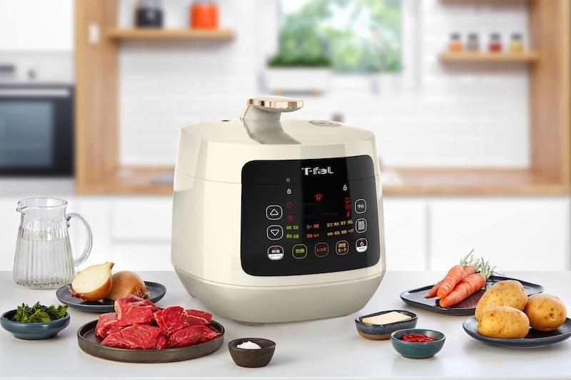 ティファール『ラクラ・クッカー プラス コンパクト電気圧力鍋』と肉屋玉ねぎじゃがいも人参などが置いてあるキッチン