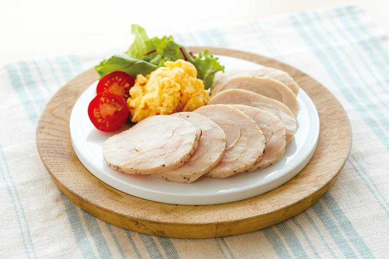 ティファール『ラクラ・クッカー プラス コンパクト電気圧力鍋』で作った鶏ハムとスクランブルエッグとミニトマトなどが乗ったお皿